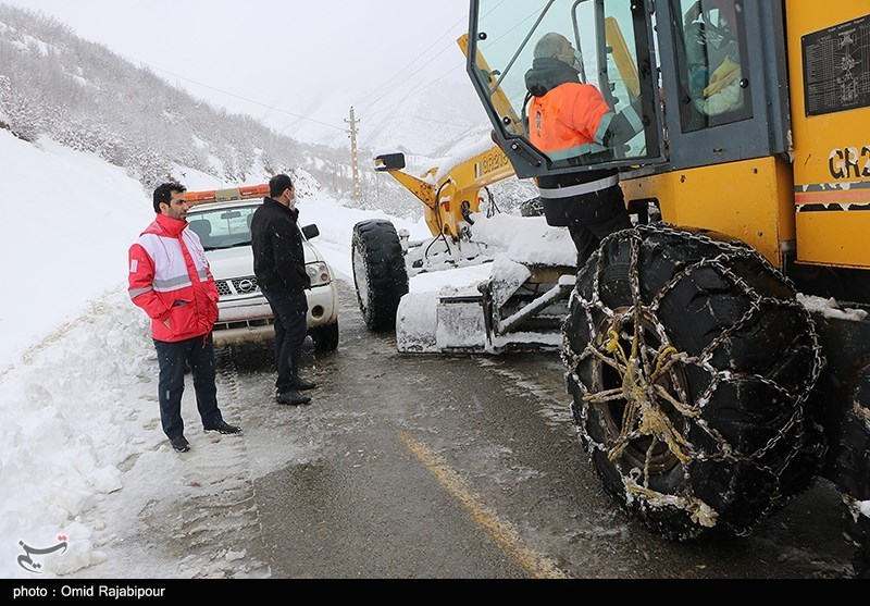 عکس/ بارش برف سنگین در اشکورات و تلاش برای بازگشایی راه ها
