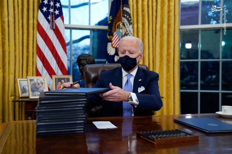 بایدن در اتاق ریاست جمهوری آمریکا