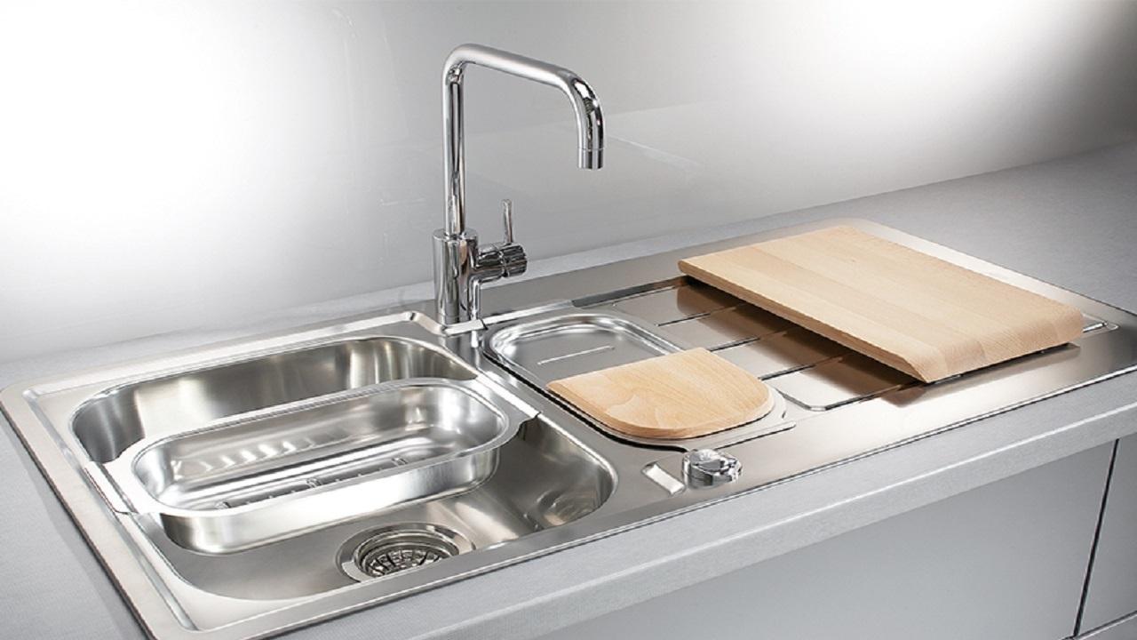 چگونه سینک ظرفشویی را بدون مواد شیمیایی برق بیندازیم؟