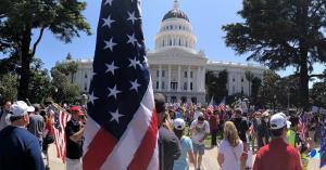 تظاهرات فعالان چپگرا در برابر ساختمان کنگره ایالتی کالیفرنیا