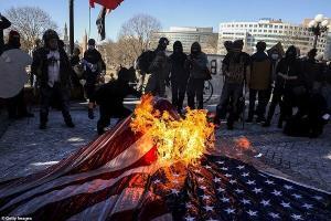 تظاهرات اعتراضی گسترده در آمریکا؛ پلیس به معترضان یورش برد