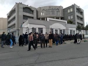 کارگران رنگین نخ در مقابل دادگستری سمنان تجمع کردند