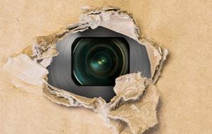 دوربینهای مخفی پشت آینه در خانه جدید باعث حیرت یک خانواده شد!