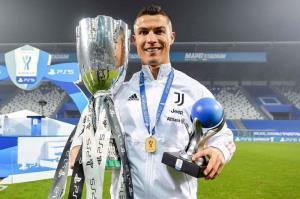 رونالدو و به رخ کشیدن اولین جام 2021