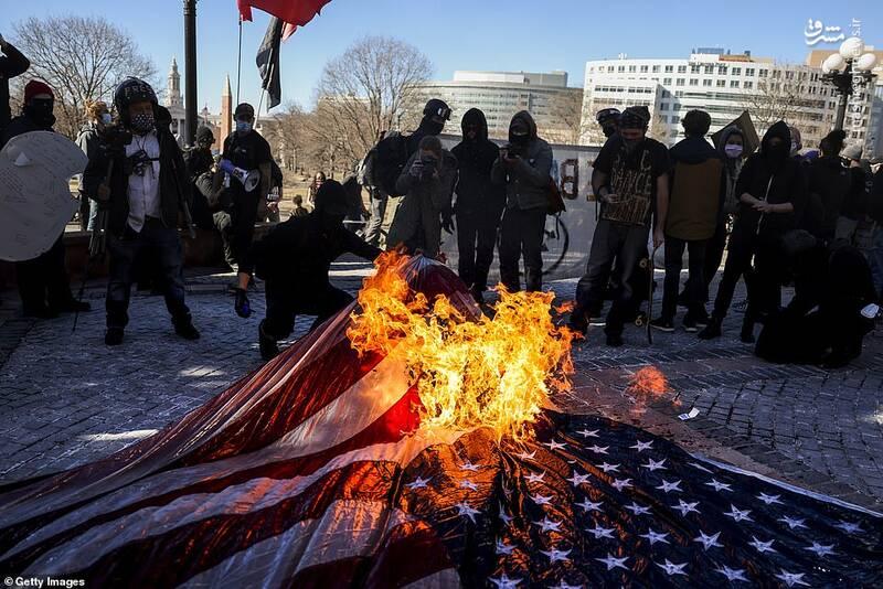 عکس/ آتش زدن پرچم آمریکا در پورتلند همزمان با مراسم تحلیف