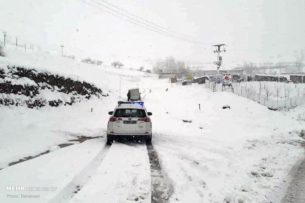 عکس/ امداد رسانی به خودروهای گرفتار در برف گیلان