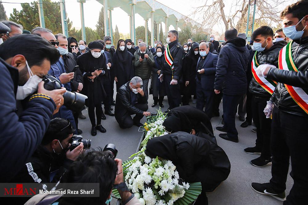 عکس/ مراسم تشیع پیکر سیزدهمین شهید مدافع سلامت در اصفهان