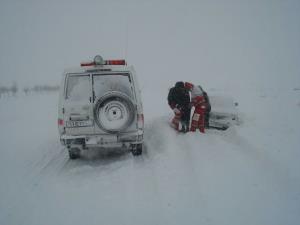 هلال احمر قزوین به مسافران ۸۱ خودروی گرفتار در کولاک امدادرسانی کرد