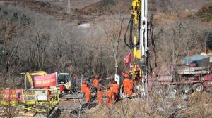 ادامه تلاش برای چینی ها برای نجات کارگران گرفتار در معدن