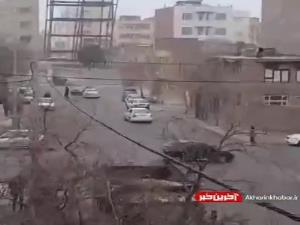 تصاویری از سقوط اسکلت فلزی ساختمان بر اثر وزش باد در مشهد