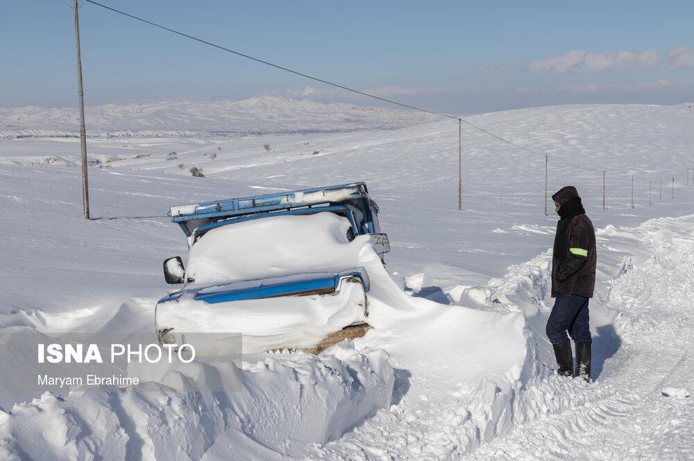 عکس/ تلاش راهداران برای بازگشایی محور پوشیده از برف در تبریز
