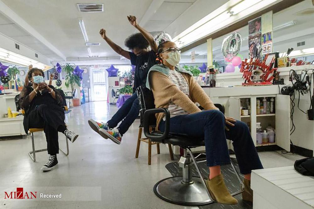 عکس/ واکنش خانواده های آمریکایی هنگام تماشای تحلیف بایدن از تلویزیون