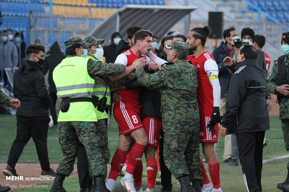 دیدار پرحاشیه تیمهای فوتبال گل گهر سیرجان و تراکتور