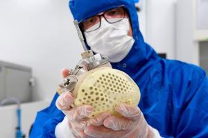 این قلب مصنوعی به کمک مایع هیدرولیک خون را پمپاژ میکند