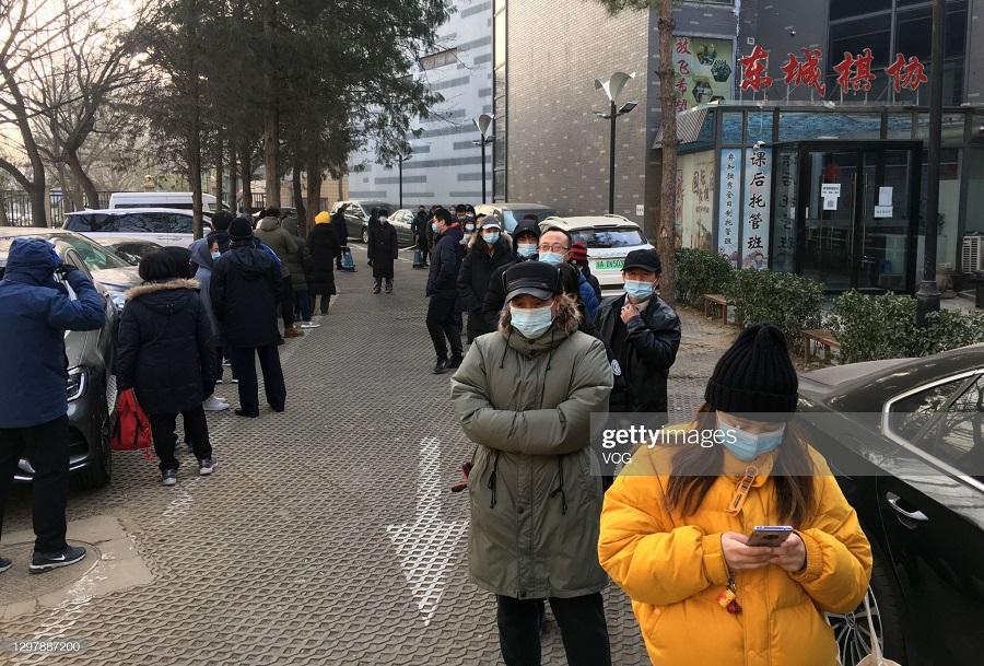 صف چینی ها برای تست کرونا در خیابان
