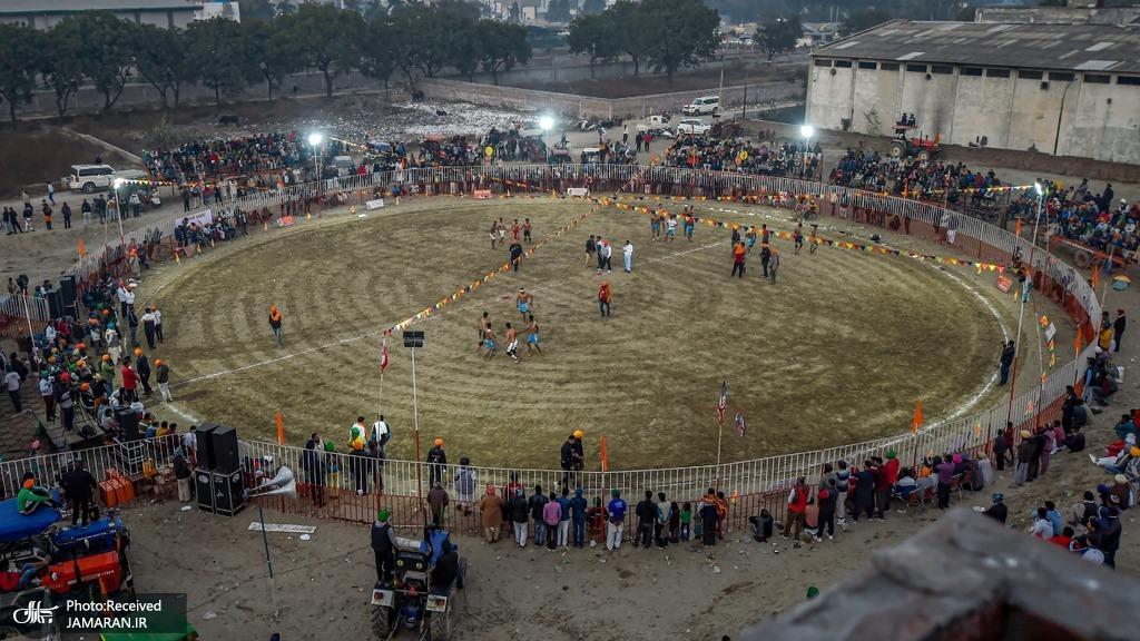 کشاورزان معترض هندی در حال تماشای مسابقه کبدی!