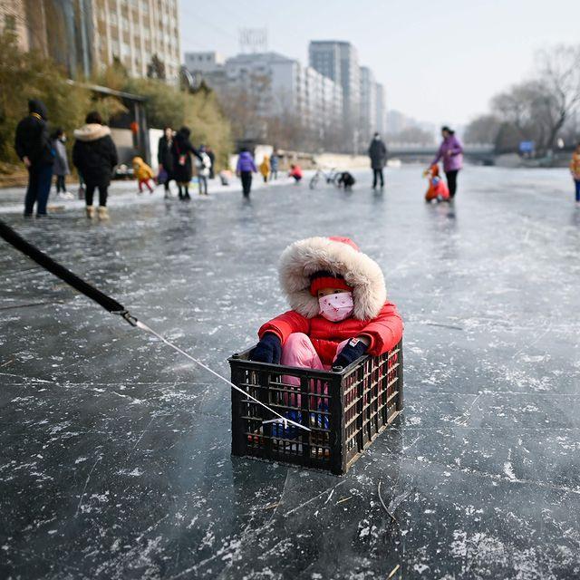 یک کودک در رودخانه یخ زده پکن