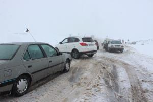 کولاک برف مسافران راههای خلخال را زمینگیر کرد