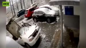 سقوط یک تخته سنگ غول پیکر روی خودرو!