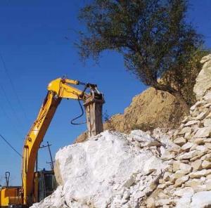 خطر ریزش سنگ از سر روستای تنگ چوگان کازرون رفع شد