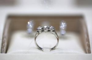 مردم به جای خرج سفر الماس میخرند