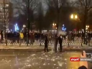 اعتراضات روس ها به بازداشت ناوالنی با گلوله های برفی!