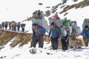 ساعتی همراه با کولبران در کوهستانهای کردستان