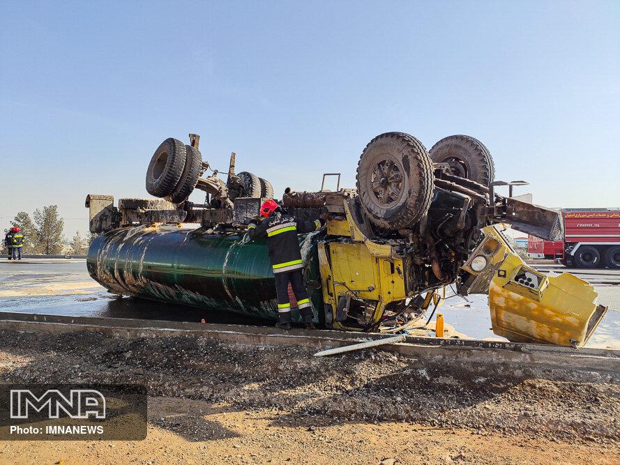 عکس/ واژگونی تانکر بنزین در محور آزادگان
