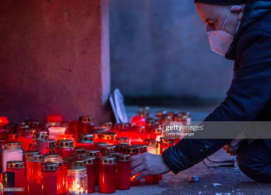 روشن کردن شمع برای یادبود قربانیان کرونا در آلمان