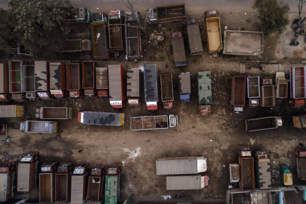 کامیون هایی که توسط اعتراضات کشاورزان هند بیکار شده اند