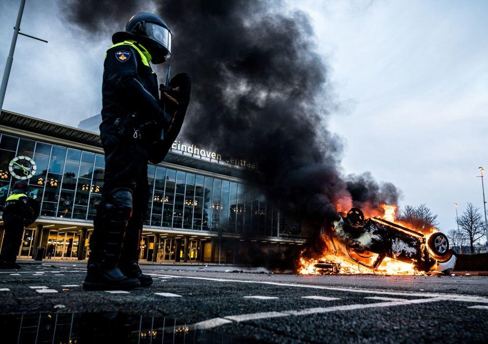 آتش زدن خودروها و  تظاهرات علیه محدودیت های کرونایی در هلند