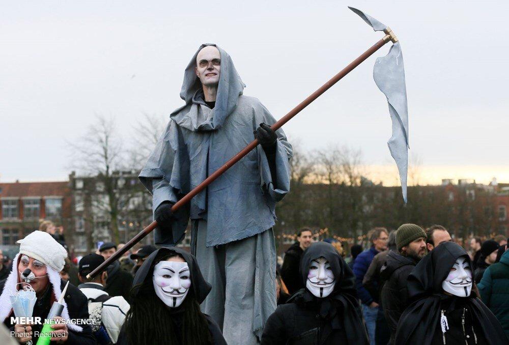 شمایل عجیب معترض به محدودیت های کرونایی در هلند