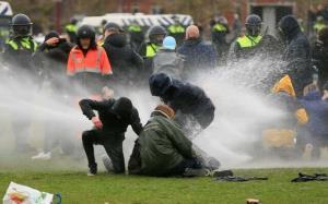 بازداشت ۲۴۰ نفر در اعتراضهای خشونتبار هلند