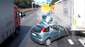از دست دادن تعادل خودرو هنگام سبقت از تریلی!