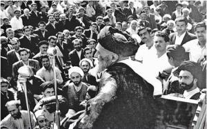 تقویم تاریخ/ اجتماع مردم تهران برای ملی شدن نفت به دعوت آیت اللَّه کاشانی