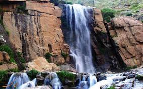 آبشار گنجنامه در سرمای منفی ۱۵ درجه سانتیگراد