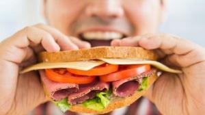 تغذیه نامناسب عامل ۳۵ درصد سرطانها؛ روزانه پنیر بخورید