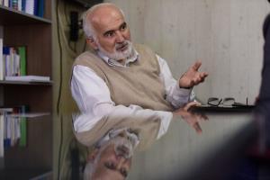 احمد توکلی: کاسبان با غسل روحانیون برای خود کرامت میتراشند