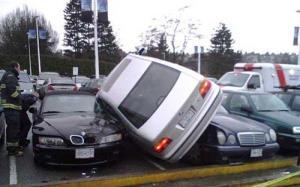 برخورد شدید خودرو به خودرو های پارک شده!