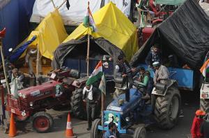 حمله کشاورزان خشمگین هندی به پلیس با تراکتور!