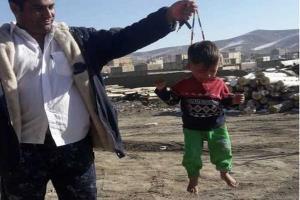 کودک آزاردیده با تسبیح به خانه امن منتقل میشود