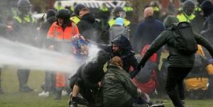 دردسر سواره نظام هلند در مقابله با معترضان