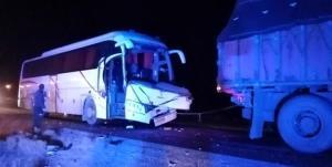 ۲۱ مصدوم در تصادف اتوبوس و تریلی راهی بیمارستان شدند