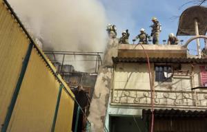 آتش سوزی یک کارگاه تولید کفش؛ یک نفر دچار سوختگی شد