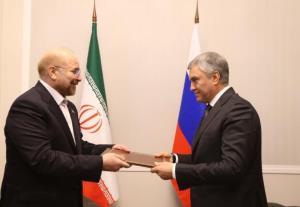رئیس مجلس پیام رهبر انقلاب را تقدیم رئیس مجلس دومای روسیه کرد