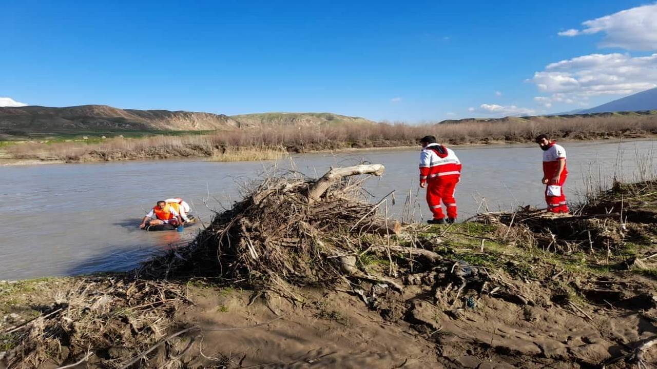 نجات جان ۲ فرد گرفتار شده در رودخانه سیمره