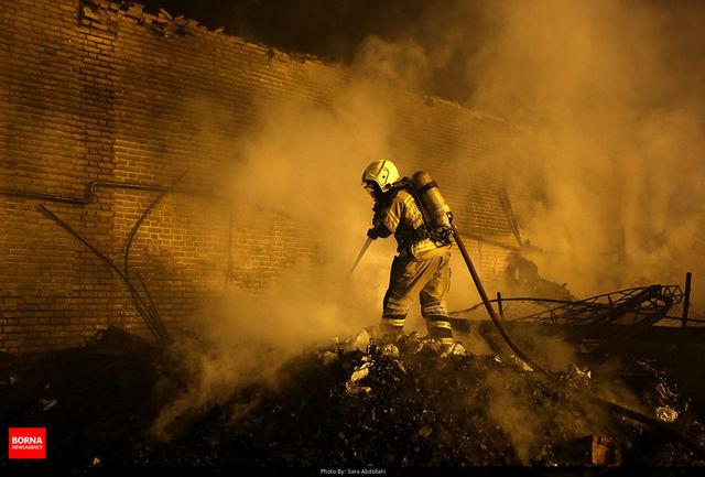 مهار شعله های آتش در ساختمان متروکه