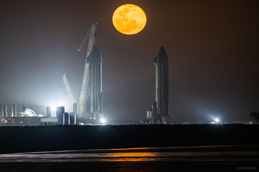 طلوع ماه از میان دو استارشیپ