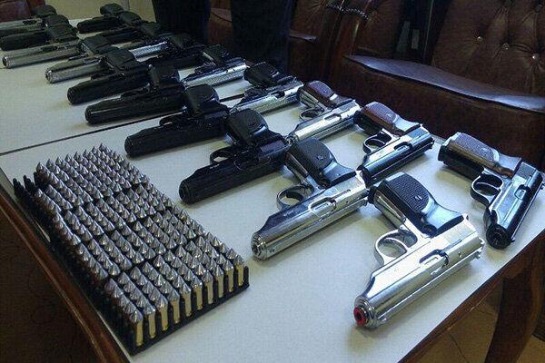 ۴۵ قبضه سلاح کمری قاچاق از یک خودرو در مسیر ارومیه- تبریز کشف شد