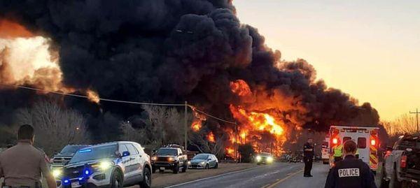 انفجار بزرگ در پی برخورد قطار و تریلی در تگزاس